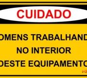 Cuidado. Homens trabalhando no interior deste equipamento. Placa tam.30 x 20 cm.