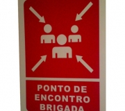 """Placa """"ponto de encontro"""" em caso de incêndio."""